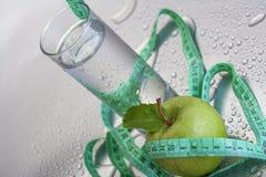 Apple και ποτήρι του νερού Στοκ Φωτογραφία