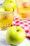 Apple και ποτήρι του χυμού Στοκ Φωτογραφία
