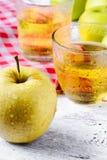 Apple και ποτήρι του χυμού Στοκ Φωτογραφίες