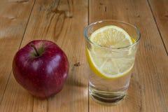 Apple και ποτό νερού με το λεμόνι Στοκ Εικόνες