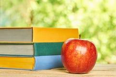 Apple και σωρός των βιβλίων Στοκ Εικόνα