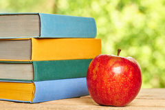 Apple και σωρός των βιβλίων Στοκ Εικόνες