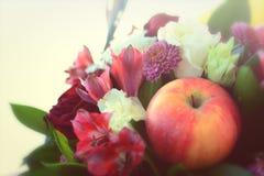 Apple και σύνθεση λουλουδιών Στοκ εικόνες με δικαίωμα ελεύθερης χρήσης