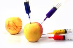 Apple και σύριγγες που απομονώνονται Στοκ Φωτογραφία