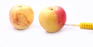 Apple και σύριγγες που απομονώνονται Στοκ Φωτογραφίες