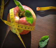 Apple και ταινία μέτρησης Στοκ Φωτογραφίες