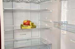 Apple και ταινία μέτρου στο ψυγείο Στοκ φωτογραφία με δικαίωμα ελεύθερης χρήσης