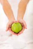 Apple και τα δύο χέρια Στοκ Εικόνα