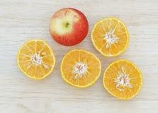 Apple και τεμαχισμένη πορτοκαλιά τοπ άποψη Στοκ Εικόνες