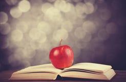 Apple και το βιβλίο. Στοκ Φωτογραφίες