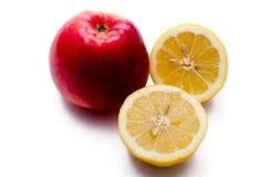Apple και το λεμόνι περικοπών Στοκ Εικόνα