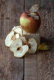 Apple και τσιπ μήλων σε έναν παλαιό ξύλινο πίνακα Στοκ φωτογραφία με δικαίωμα ελεύθερης χρήσης