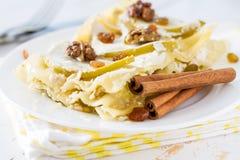 Apple και τυρί εξοχικών σπιτιών lasagne, κανέλα και καρύδια Στοκ Εικόνες