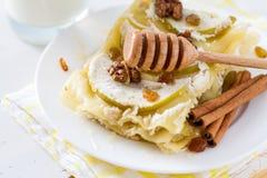 Apple και τυρί εξοχικών σπιτιών lasagne, κανέλα και καρύδια Στοκ φωτογραφίες με δικαίωμα ελεύθερης χρήσης