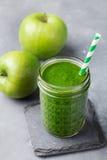 Apple και υγιές ποτό καταφερτζήδων σπανακιού στο βάζο γυαλιού στο γκρίζο υπόβαθρο πετρών Στοκ Εικόνες