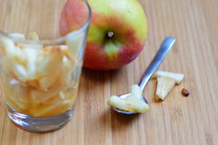 Apple και φέτες μήλων Στοκ φωτογραφία με δικαίωμα ελεύθερης χρήσης