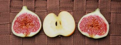 Apple και φέτες σύκων στο καφετί υπόβαθρο Στοκ εικόνες με δικαίωμα ελεύθερης χρήσης