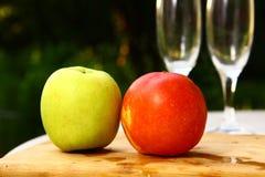 Apple και φρούτα νεκταρινιών στο θερινό υπόβαθρο με το gla κρασιού Στοκ Φωτογραφίες
