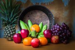 Apple και φρούτα σε ξύλινο Στοκ Εικόνες