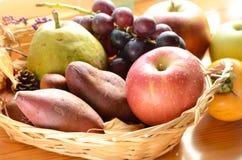 Apple και φρούτα φθινοπώρου σε ένα καλάθι Στοκ Φωτογραφίες