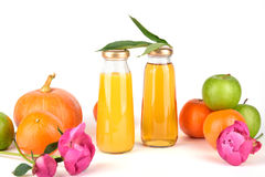 Apple και χυμός από πορτοκάλι στα μπουκάλια Στοκ φωτογραφίες με δικαίωμα ελεύθερης χρήσης