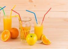 Apple και χυμός από πορτοκάλι στον ξύλινο πίνακα Στοκ εικόνα με δικαίωμα ελεύθερης χρήσης