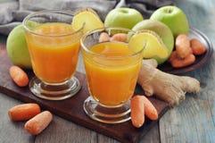 Apple και χυμός καρότων με την πιπερόριζα Στοκ Φωτογραφίες