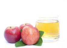 Apple και χυμός μήλων που απομονώνεται Στοκ Εικόνα