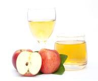 Apple και χυμός μήλων που απομονώνεται Στοκ Εικόνες