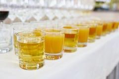 Apple και χυμός πορτοκαλιών ή ροδάκινων Στοκ Εικόνες