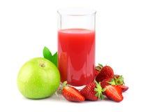 Apple και χυμός φραουλών στο γυαλί με τα φρούτα Στοκ Φωτογραφία