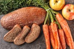 Apple και ψωμί καρότων, συλλαβισμένο ψωμί με το φρέσκο λαχανικό και φρούτα, υγιή τρόφιμα, φωτογραφία προϊόντων για το αρτοποιείο Στοκ φωτογραφία με δικαίωμα ελεύθερης χρήσης