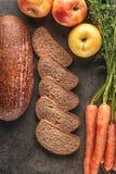 Apple και ψωμί καρότων, συλλαβισμένο ψωμί με το φρέσκο λαχανικό και φρούτα, υγιή τρόφιμα, φωτογραφία προϊόντων για το αρτοποιείο Στοκ εικόνα με δικαίωμα ελεύθερης χρήσης