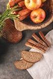 Apple και ψωμί καρότων, συλλαβισμένο ψωμί με το φρέσκο λαχανικό και φρούτα, υγιή τρόφιμα, φωτογραφία προϊόντων για το αρτοποιείο Στοκ Εικόνα
