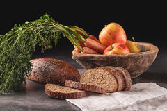 Apple και ψωμί καρότων, συλλαβισμένο ψωμί με το φρέσκο λαχανικό και φρούτα, υγιή τρόφιμα, φωτογραφία προϊόντων για το αρτοποιείο Στοκ φωτογραφίες με δικαίωμα ελεύθερης χρήσης