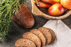 Apple και ψωμί καρότων, συλλαβισμένο ψωμί με το φρέσκο λαχανικό και φρούτα, υγιή τρόφιμα, φωτογραφία προϊόντων για το αρτοποιείο Στοκ Φωτογραφία