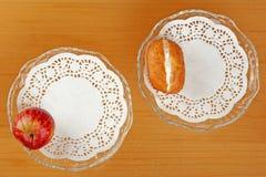 Apple και dough-nut Στοκ εικόνες με δικαίωμα ελεύθερης χρήσης