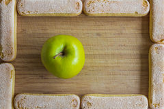 Apple και ladyfinger μπισκότα, πλαίσιο τροφίμων Στοκ φωτογραφία με δικαίωμα ελεύθερης χρήσης