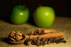 Apple, κανέλα και ξύλο καρυδιάς Στοκ φωτογραφίες με δικαίωμα ελεύθερης χρήσης
