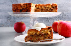 Apple, κανέλα, σταφίδα και κέικ καρυδιών με το κάλυμμα θίχουλων Στοκ Φωτογραφία