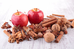 Apple, καρυκεύματα και ξύλο καρυδιάς Στοκ Φωτογραφία