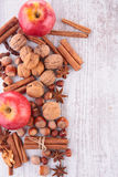 Apple, καρυκεύματα και ξύλο καρυδιάς Στοκ φωτογραφία με δικαίωμα ελεύθερης χρήσης