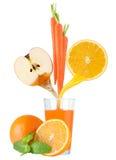 Apple, καρότο και χυμός από πορτοκάλι στο γυαλί Στοκ εικόνα με δικαίωμα ελεύθερης χρήσης
