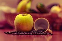 Apple, καφές, φλυτζάνι καφέ Στοκ Εικόνες