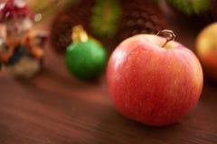 Apple κοντά στο χριστουγεννιάτικο δέντρο Στοκ φωτογραφίες με δικαίωμα ελεύθερης χρήσης