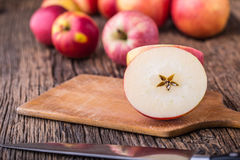 Apple Κόκκινα μήλα σε άλλες θέσεις στον ξύλινο πίνακα Στοκ Εικόνες