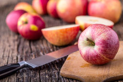 Apple Κόκκινα μήλα σε άλλες θέσεις στον ξύλινο πίνακα Στοκ Εικόνα