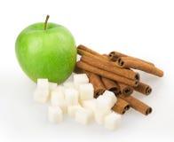 Apple, κύβοι ζάχαρης, κανέλα Στοκ Φωτογραφία
