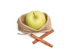 Apple μέσα στην τσάντα και την κανέλα σάκων Στοκ Εικόνες