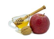 Apple, μέλι και καρύδια που απομονώνονται στο λευκό Στοκ εικόνες με δικαίωμα ελεύθερης χρήσης